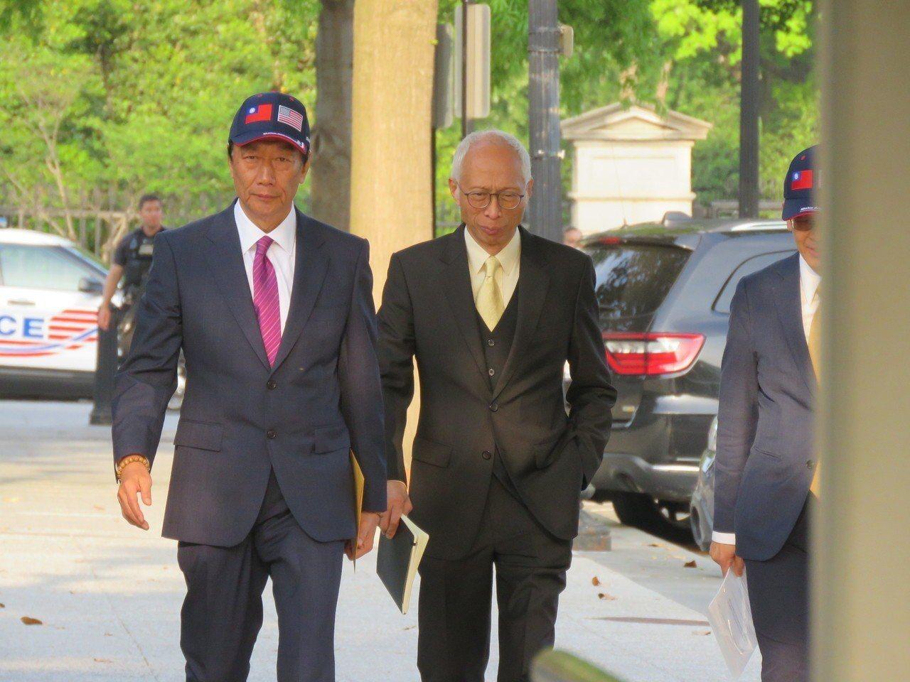 鴻海董事長郭台銘(左)於美東時間1日入白宮拜會美國總統川普,會談約50分鐘後步出...