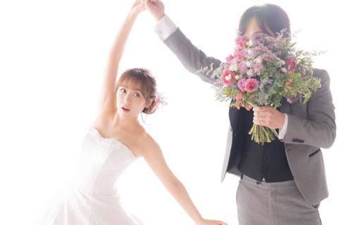 日本女子夯團AKB 48的前偶像、28歲的高橋南昨天結婚了,對象是交往3年、大她15歲的科技新貴。昨天是年號令和時代開啟日,這場婚事被稱為「令和婚」。高橋南在Instagram上傳婚照並留言說:「向...