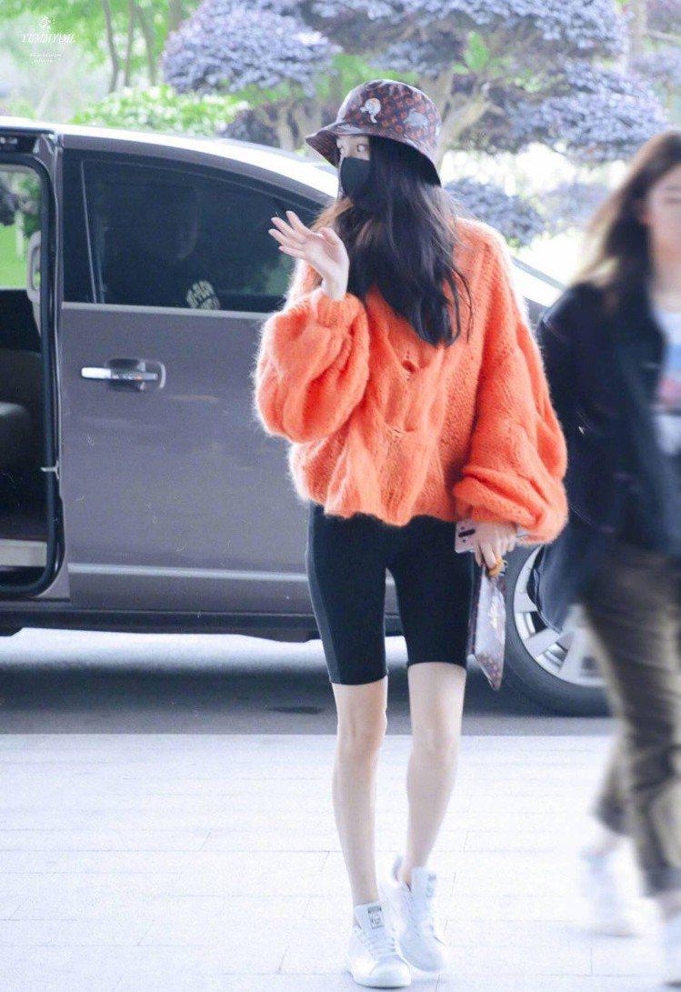 前幾天女星楊冪才剛在機場穿著超緊身「自行車短褲」。圖/擷自微博