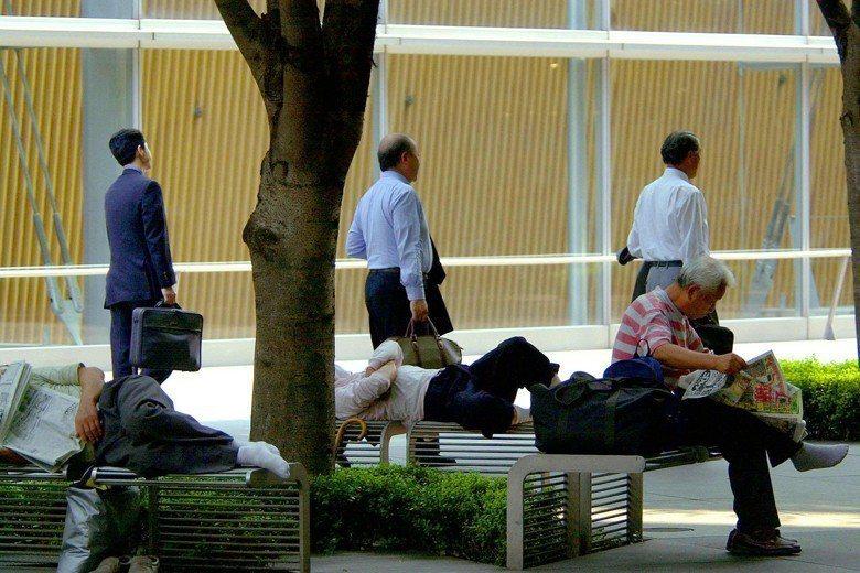 2000年8月東京,失業者在公園躺椅上打發時間,該年當月失業率達4.7。 圖/美...
