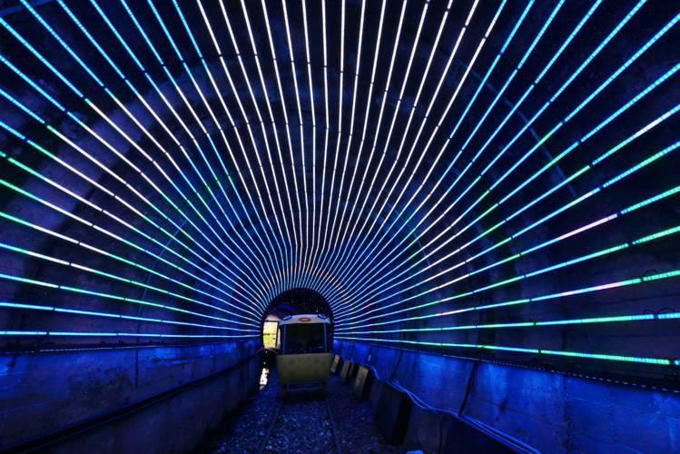 東北角「深澳鐵道自行車」,觀光客在鐵軌騎車欣賞海景、光隧道。圖/新北觀旅局提供
