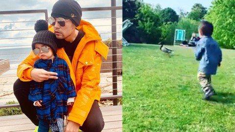 昆凌跟周杰倫婚後育有女兒小周周(Hathaway)和兒子小小周(Romeo),夫妻倆時常在社群網站放閃,甜蜜的互動讓網友們稱羨。目前已經1歲的小小周如今已會走路,1日周董還曬上小小周追趕鴿子的影片,...