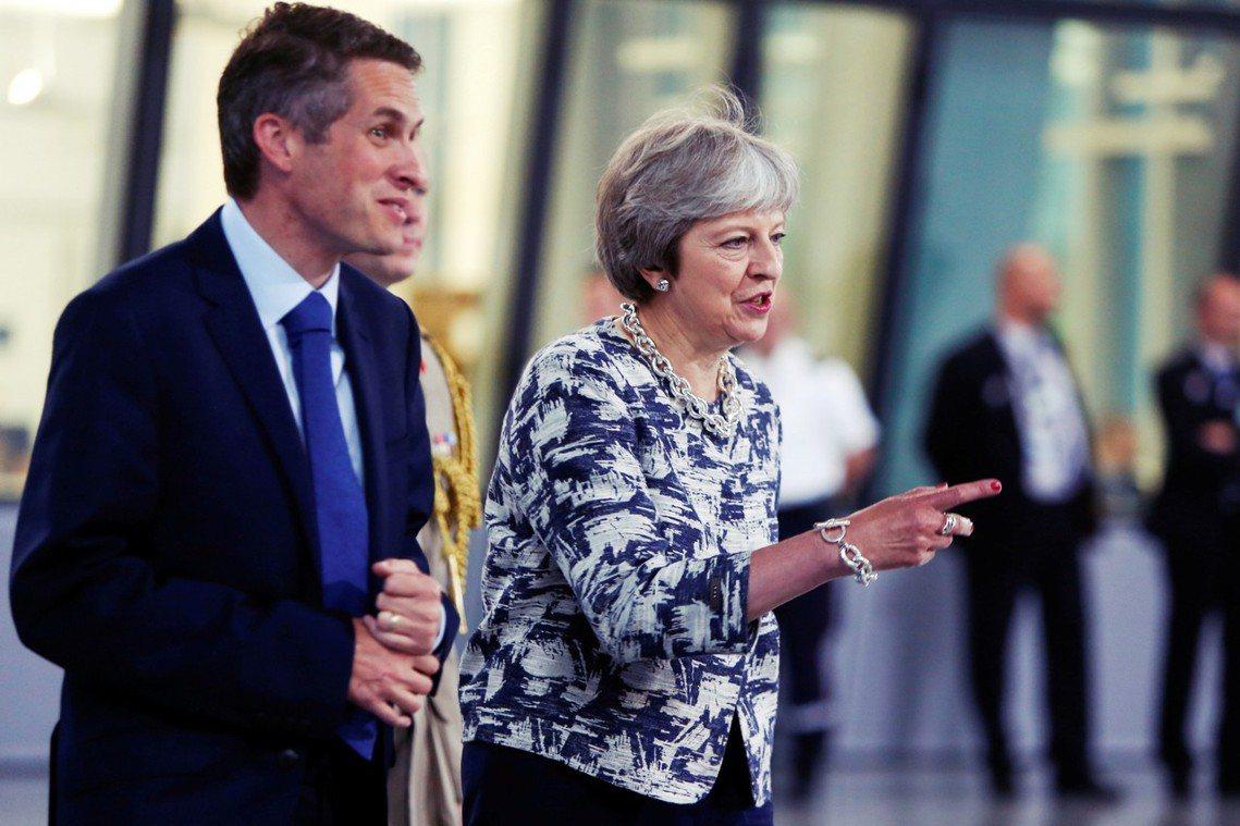 在英國政壇,有疏失、有爭議或有問題的高階官員,通常都會以「請辭」方式下台;內閣的...
