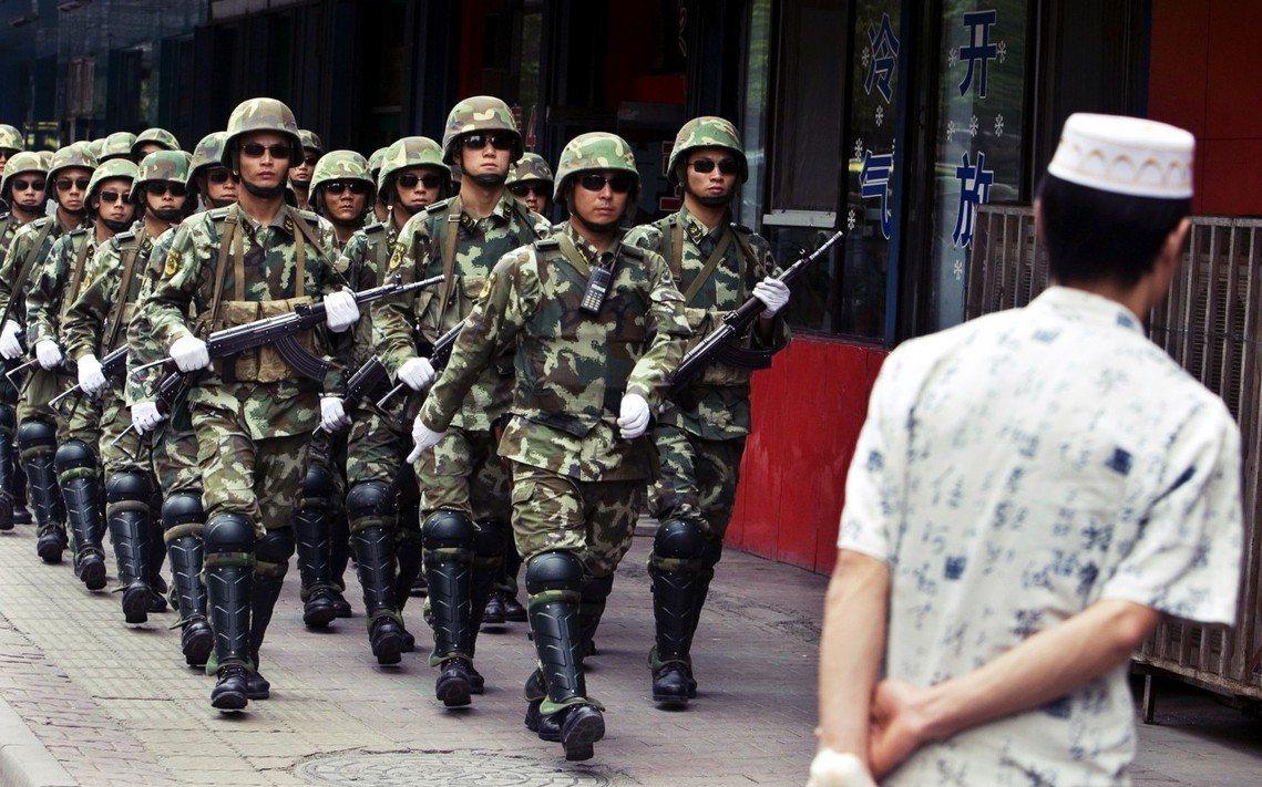 中國透過「一體化聯合作戰平台」App,針對新疆進行嚴密的生活監控,包含居家出入次...