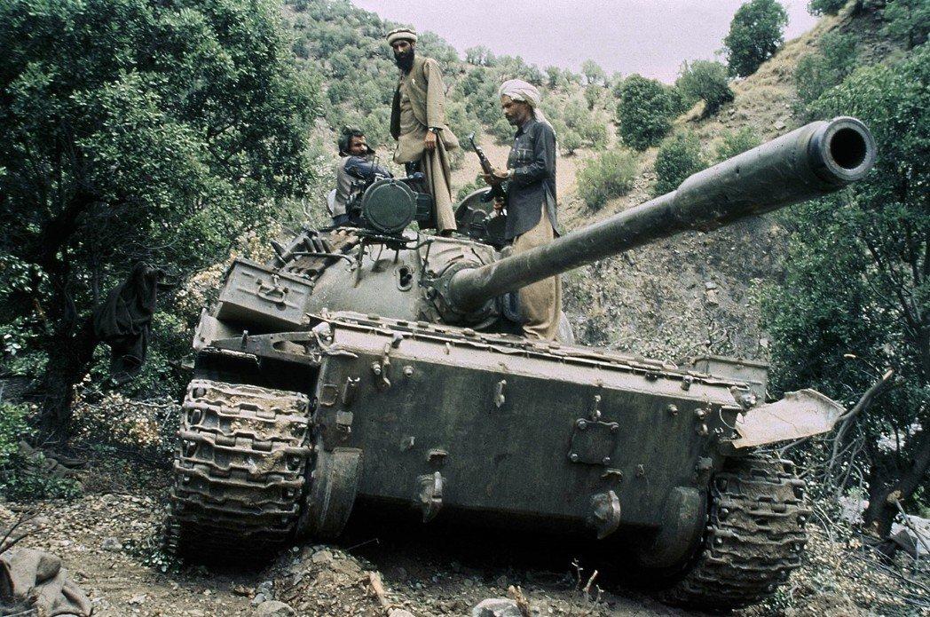 蘇軍大規模進攻戰術無法適應阿富汗的山區地形和游擊戰,過分集中的指揮權也限制了前線...