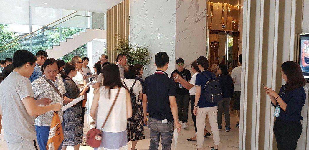 獅王不動產代銷泰國建案的熱絡人潮。 圖/倪子仁提供