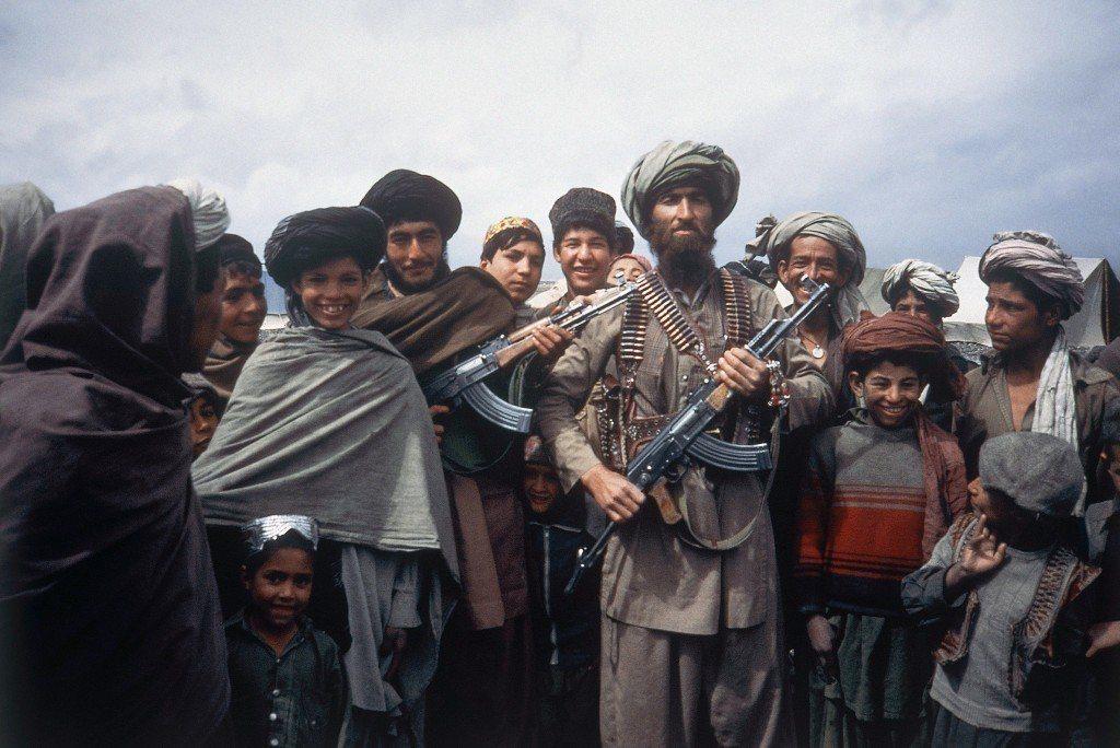 美國甚至透過中央情報局,向戰場上的阿富汗抵抗組織提供武器援助,迫使希望早日撤軍的...
