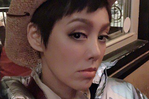 和馬景濤、劉德凱演出「孝莊秘史」,在劇中飾演女主角「大玉兒」為台灣觀眾熟知的大陸女星寧靜,個性嗆辣,面對網友酸言酸語也直率反擊。有網友對其出席某活動的照片評論道:「寧靜怎麼臉烏漆麻黑的 跟個猴子一樣...