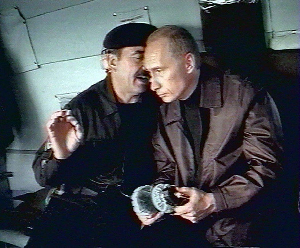 美軍在阿富汗、中亞的活動,另克里姆林宮感到不安。圖為2004年,普丁前往車臣視察...
