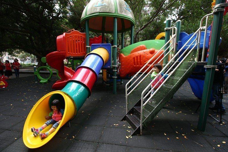 公園裡大部分遊具都排除6歲以上兒童,學齡後兒童無處可玩。 圖/聯合報系資料照