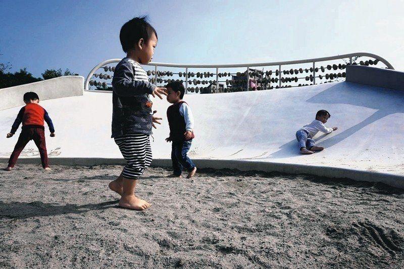 圖為台中市府挑選31座公園設置磨石子溜滑梯,底部也設置了沙坑。 圖/聯合報系資料...