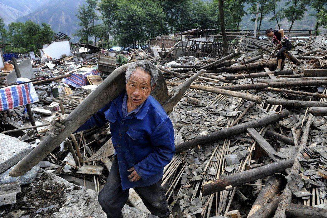 2008年6月10日災後,四川汶川縣映秀鎮受災群眾加緊從地震廢墟中搶救、清理生產...