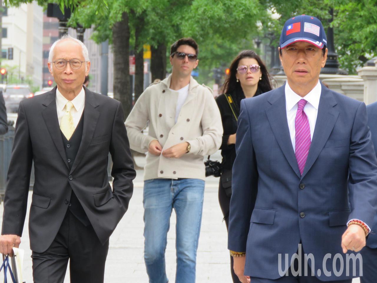 鴻海董事長郭台銘(右)美東時間1日進入白宮。華盛頓記者張加/攝影