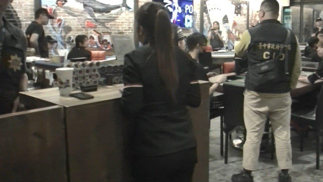檢警前天深夜11時許再抄「RAISE遊戲主題餐廳」,女店員身著店內黑上衣、黑長褲...