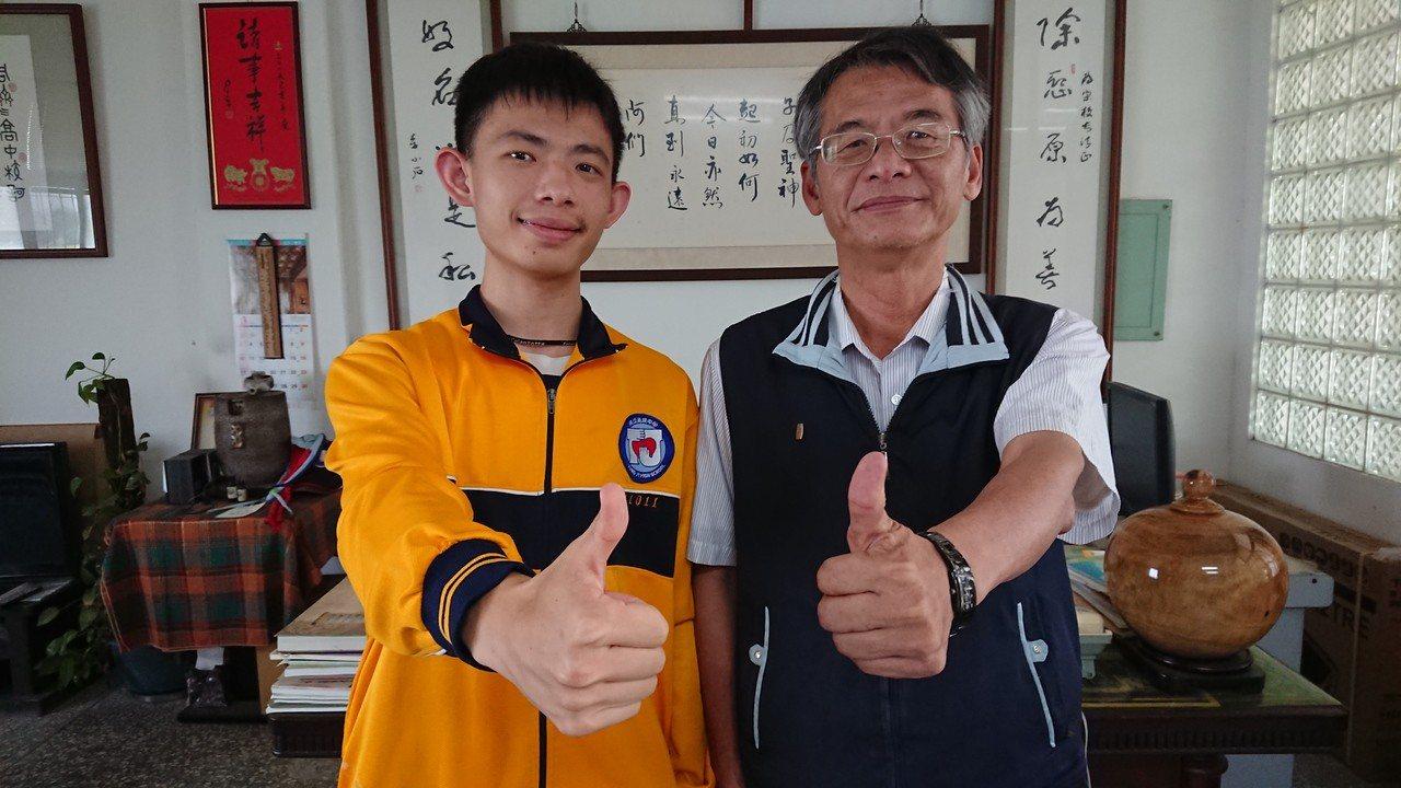 李子明(左)很感謝學校老師黃俊雄等人提供的指導。記者卜敏正/攝影