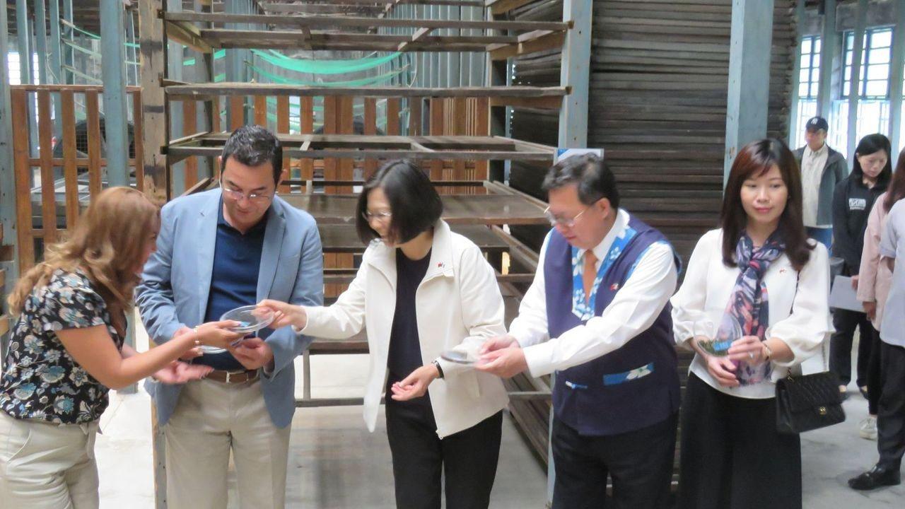 總統蔡英文(中),今天與桃園市市長鄭文燦(左2),接待瓜地馬拉共和國總統莫拉雷斯...