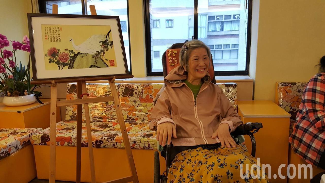 62歲的漸凍人林月姑,罹病之初曾深陷負面情緒,直到在繪畫中找到寄託,即使剩單指力...