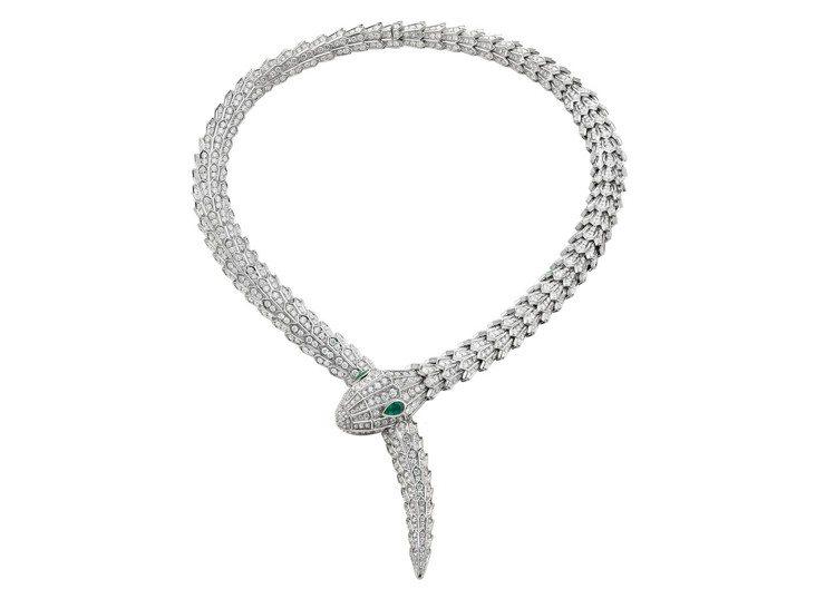 蔡依林配戴Serpenti系列頂級珠寶系列白K金鑽石與祖母綠項鍊。圖/BVLGA...