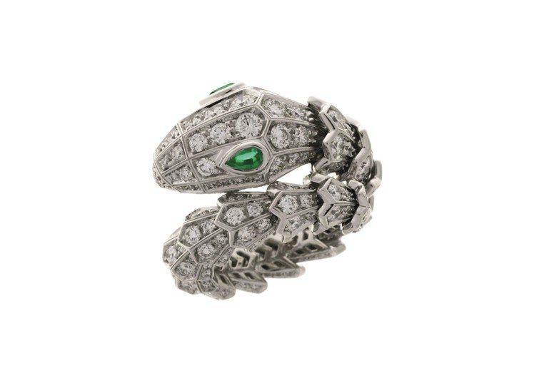 蔡依林配戴Serpenti系列白K金祖母綠鑽石戒指。圖/BVLGARI提供