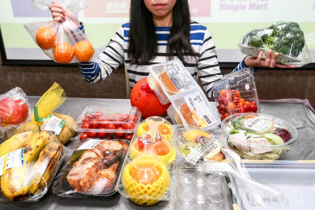 綠色和平盤點國內十大連鎖賣場,調查賣場內的生鮮蔬果、烘焙、熟食與蛋類四大區域塑膠...