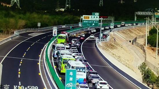 通往世園會的京禮高速公路有超過10公里堵車路段,該堵車路段開車用時約2.5個小時...
