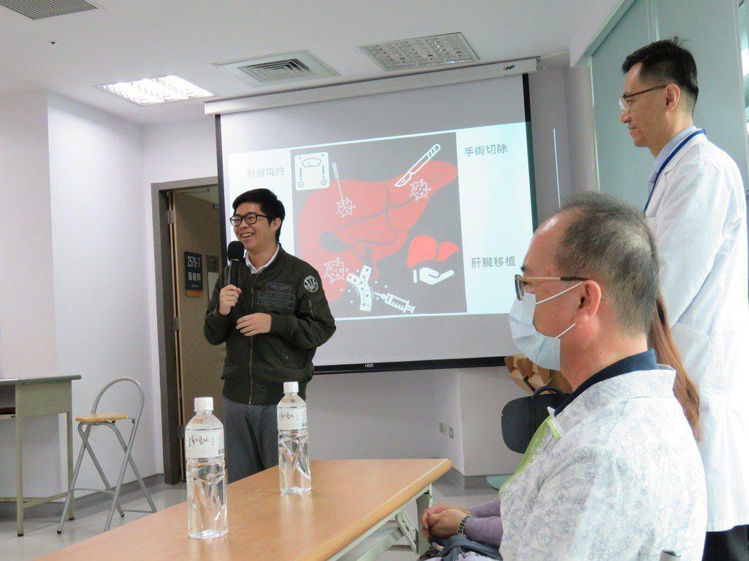 肝癌患者林世東(右坐)的兒子林雲笙(左)述說換肝給父親的心情。記者黃寅/攝影