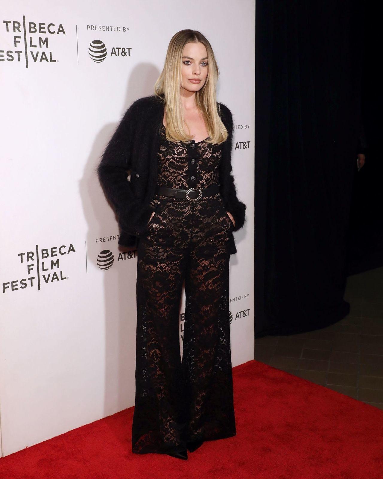 瑪格羅比穿香奈兒今年秋季的黑色連身褲配外套,滿滿的鏤空蕾絲非常性感浪漫。圖/摘自...