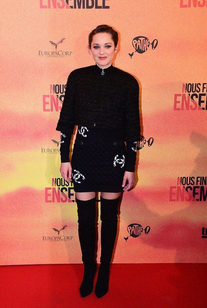 瑪莉詠柯蒂亞穿上香奈兒黑色菱格紋洋裝配短版外套,雙C logo裝飾從今年春夏開始...