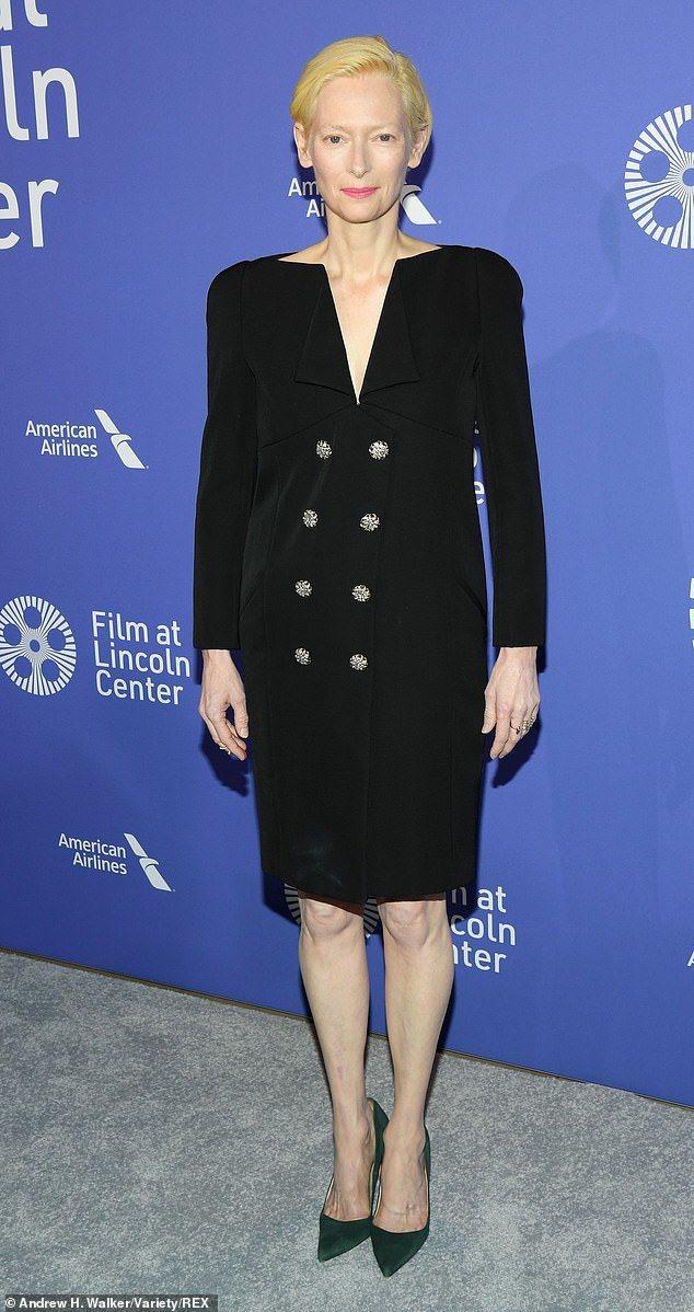 蒂妲史雲頓身穿香奈兒2019春夏高級訂製服一襲黑色洋裝,反摺衣領非常特別。圖/摘...