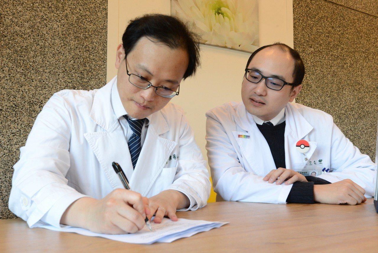 陳易宏(左)在安寧緩和醫療科主任孔睦寰(右)見證下,簽署「預立醫療決定書」。圖/...