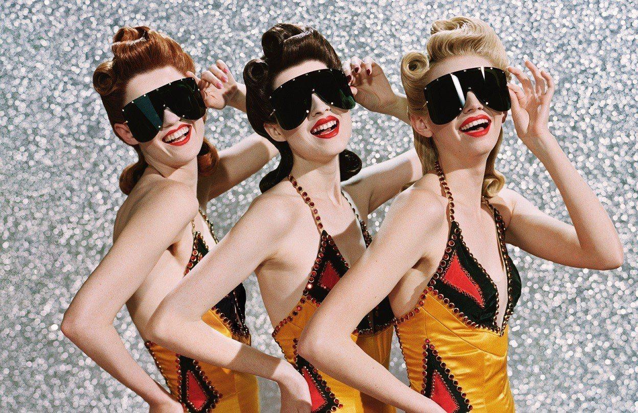 Gucci春夏新推出、靈感源於滑雪護目鏡的oversize墨鏡,採用隱藏式的金屬...
