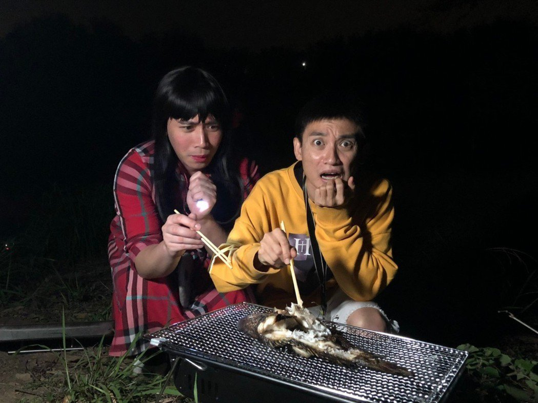 無尊(左)和Eaon大膽吃烤魚。圖/緯來提供