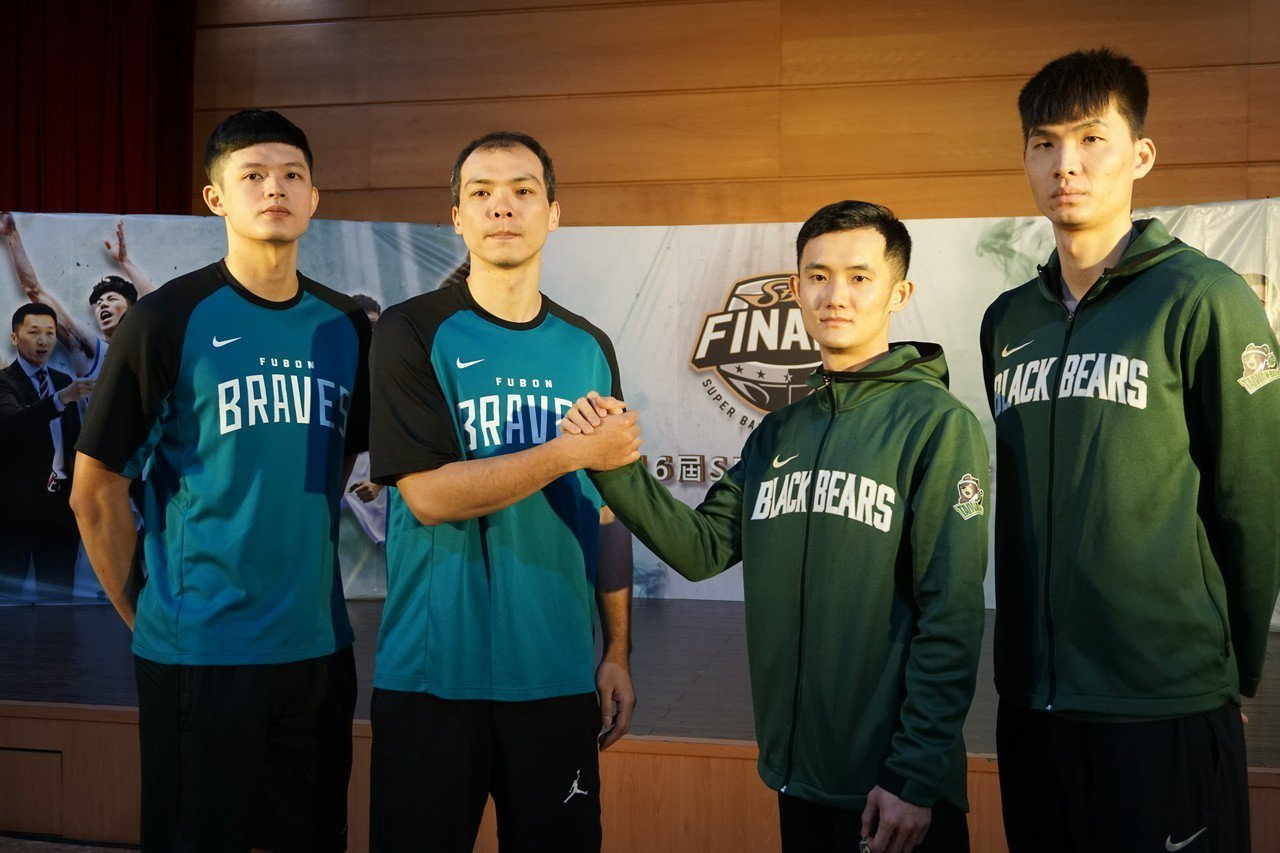 台啤蔣淯安(右2)將在冠軍賽扮演重要角色。記者劉肇育/攝影