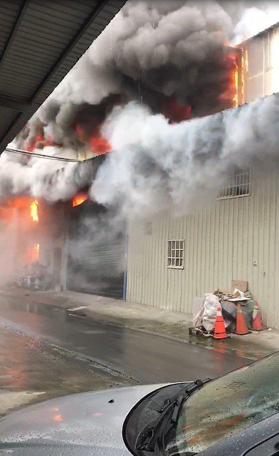 台中市西屯區龍洋巷一間鐵皮印刷工廠今不明原因起火,延燒左右兩戶民宅,消防人員已控制火勢,進行殘火處理中。圖/民眾提供