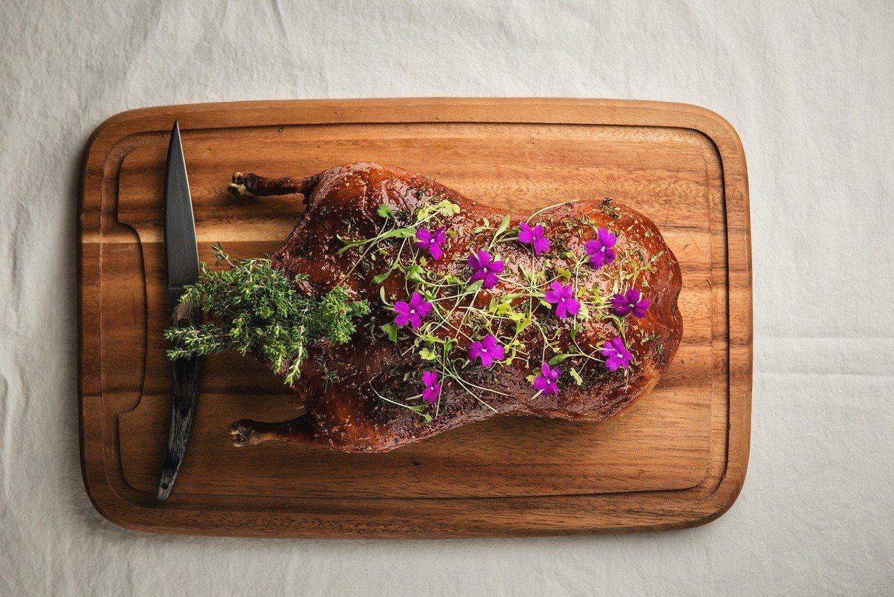 招牌料理「Chou Chou招牌法式烤全鴨」外酥內嫩。圖╱亞洲萬里通提供