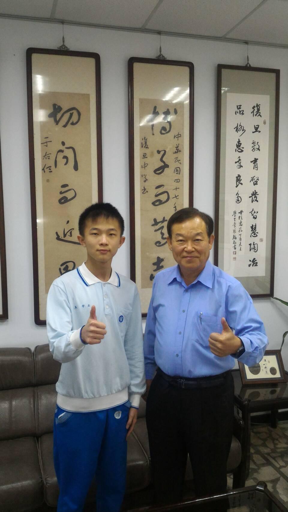 石宇辰(左)繁星以第3名錄取台大醫學系,他熱愛公益服務偏鄉和弱勢立志從醫,校長段...