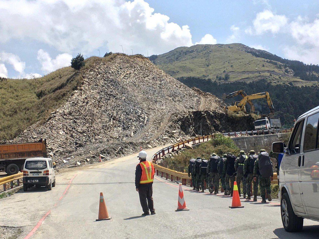 公路總局因「災害搶修工程」開挖,讓山頭變成「禿頭」,環團批是台灣屋脊的破壞工程。...