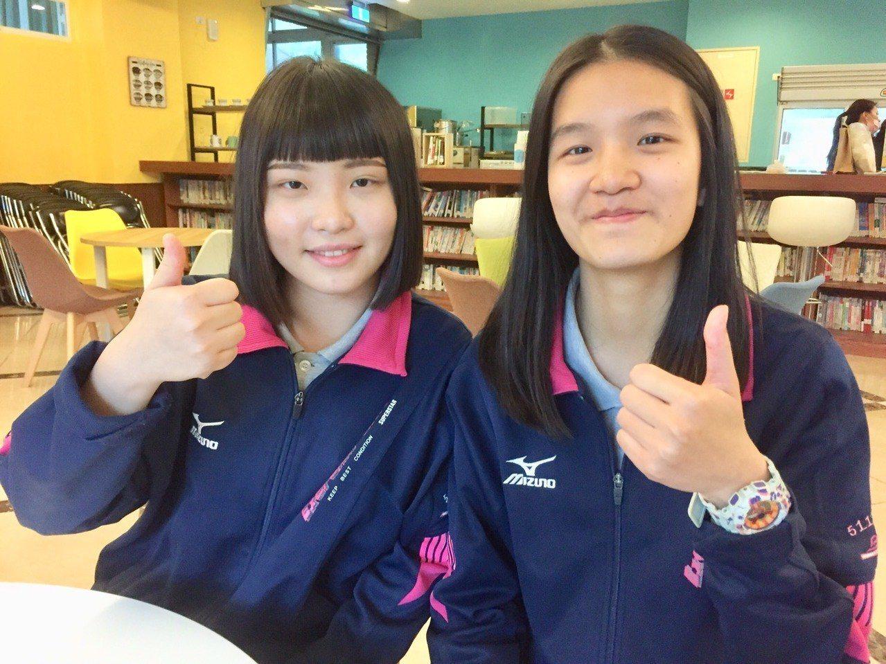 二信高中簡嘉儀(左)、林凱若(右)大學申請入學正取台大,實現多年來的「台大夢」。...