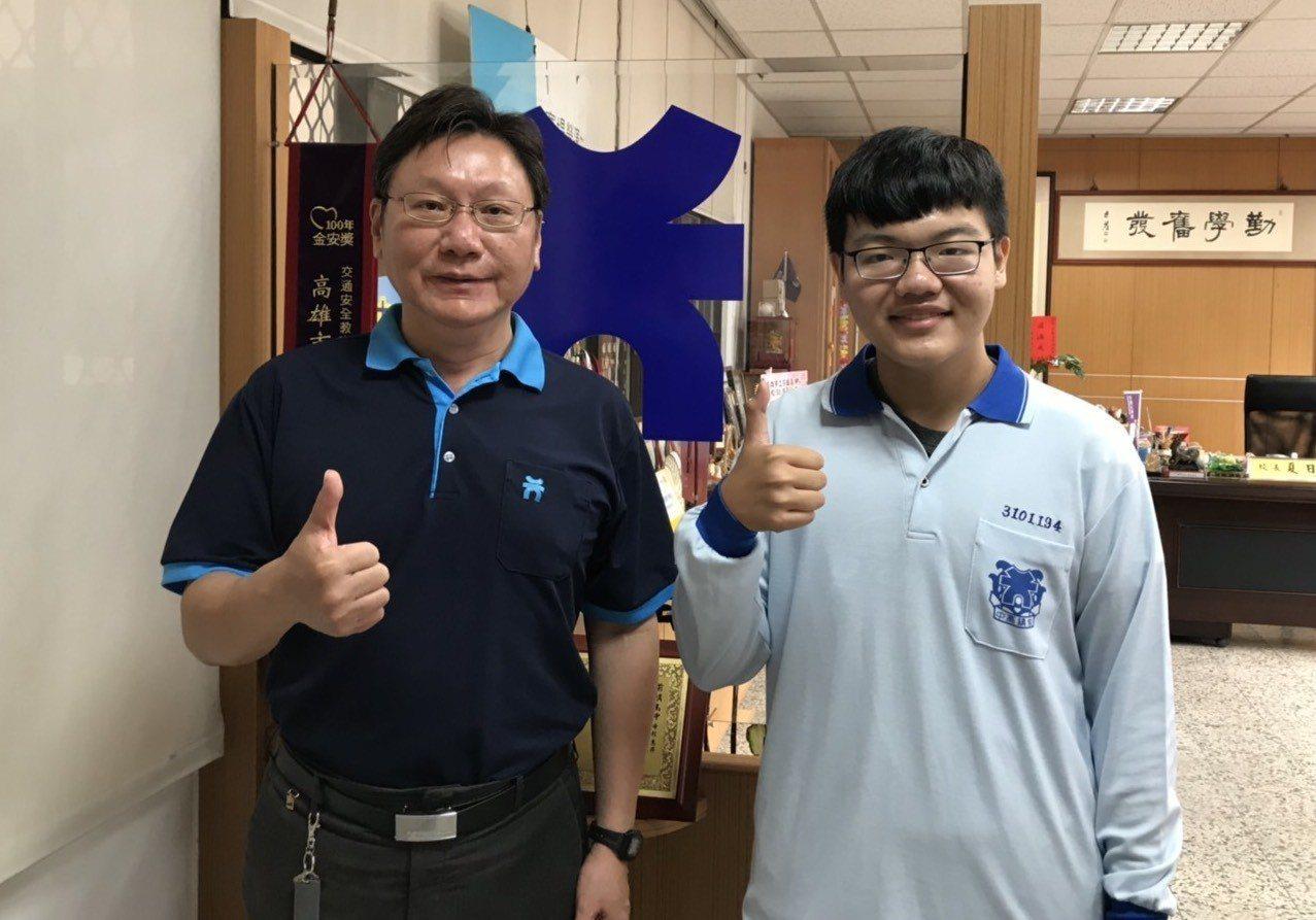 前鎮高中校長夏日新(左)形容學生胡元理(右)樂觀進取,並有服務人群的特質,校訓「...