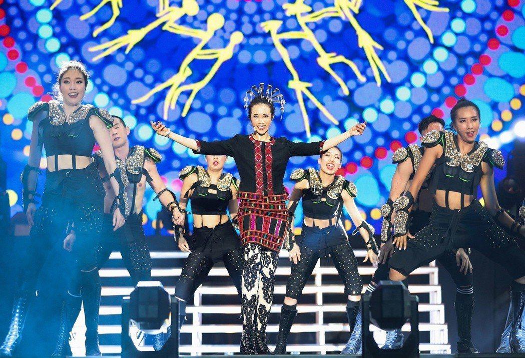 莫文蔚(中)首次穿戴具有海南風情的黎族傳統服飾。圖/莫家寶貝工作室提供