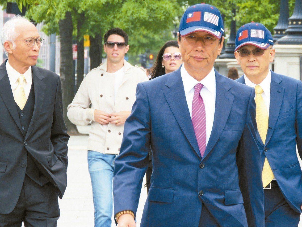 鴻海董事長郭台銘戴著美國與中華民國國旗的帽子進白宮,他也送了一頂給川普。記者張加...