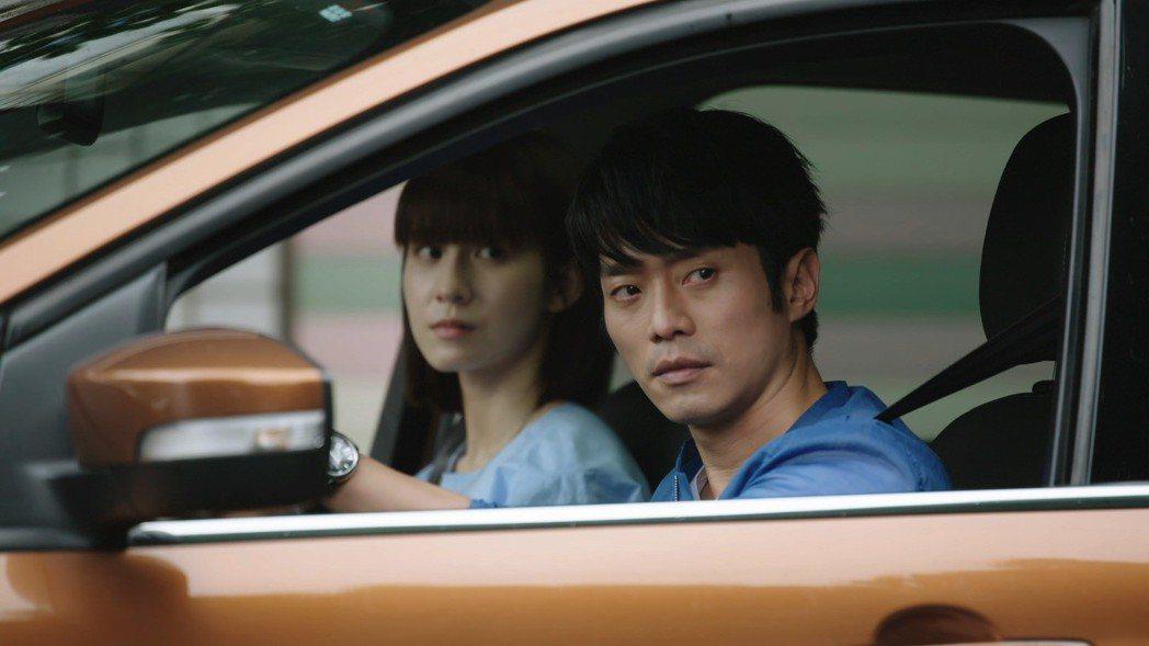 張棟樑(右)與連俞涵為尋父親的故事而走遍全台灣  圖/三立提供