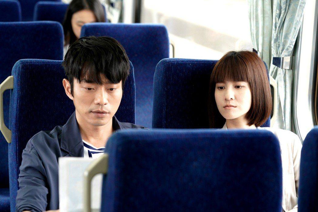 張棟樑(左)與連俞涵為尋父親的故事而走遍全台灣  圖/三立提供