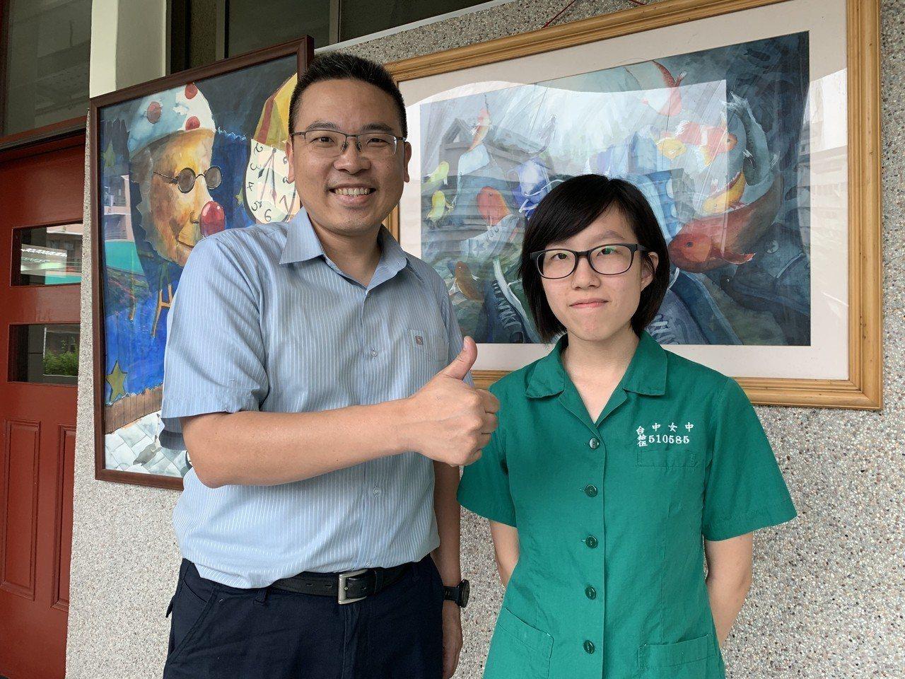 台灣大學申請入學昨天放榜,台中女中林芸平(右)從小學就熱愛電腦程式,今年申請錄取...