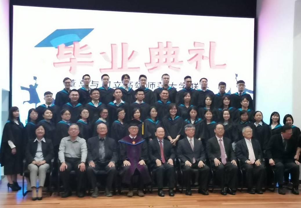 高市長校長吳連賞與來貴賓,和38名教育專業文憑課程畢業生合影。圖/高師大提供