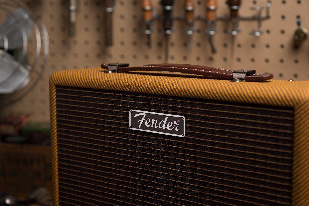 新款Fender Monterey Tweed最大特色就是金黃色布網及焦糖色牛皮...