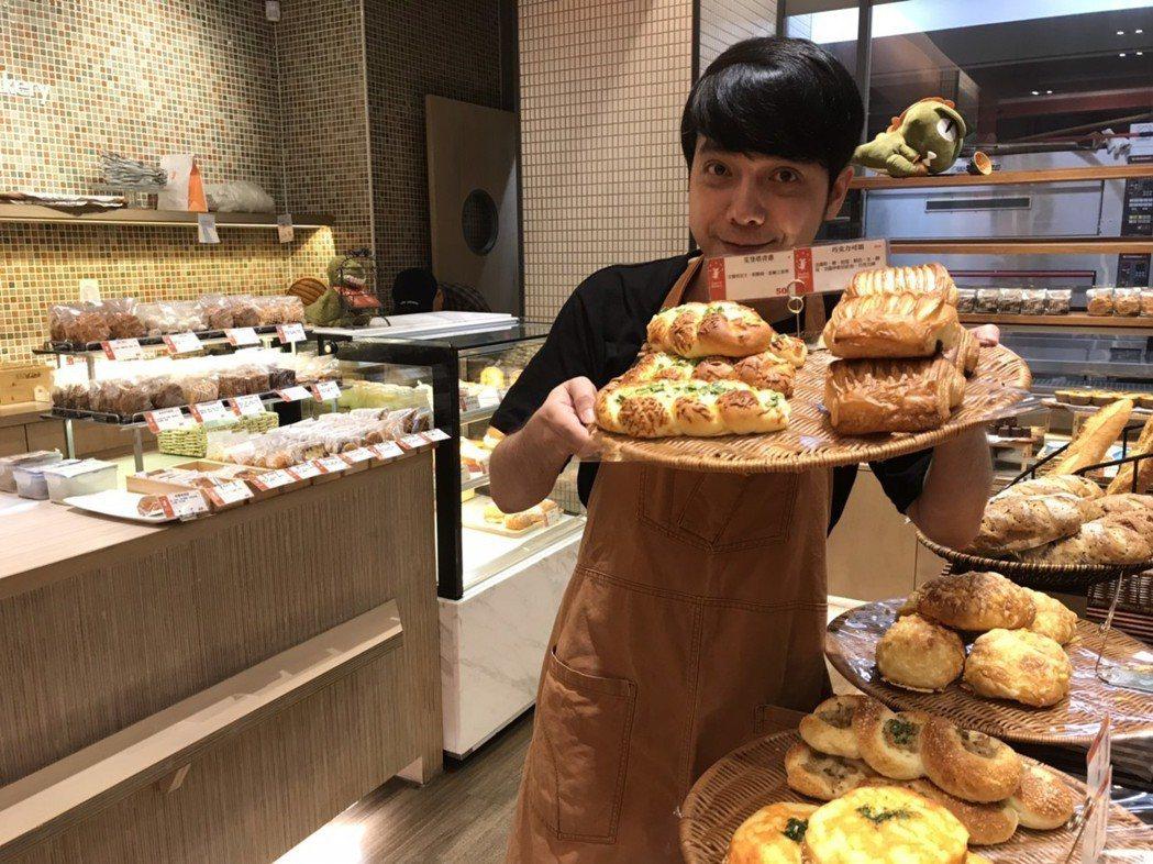 小炳在麵包店裡幫忙,寫寫企劃、推銷案,也負責接待,有時當外場。記者葉君遠/攝影