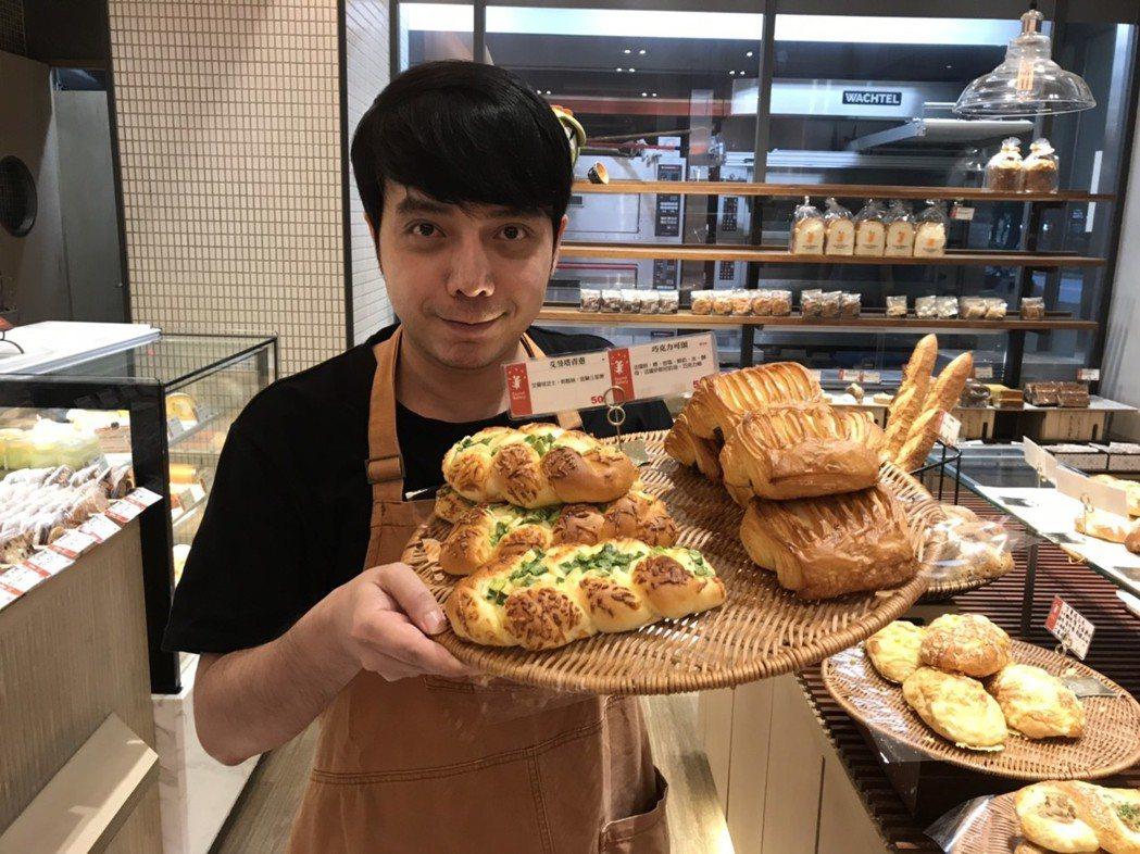 小炳的斜槓工作中,最近都在東區一家麵包店裡當行銷及外場人員。記者葉君遠/攝影