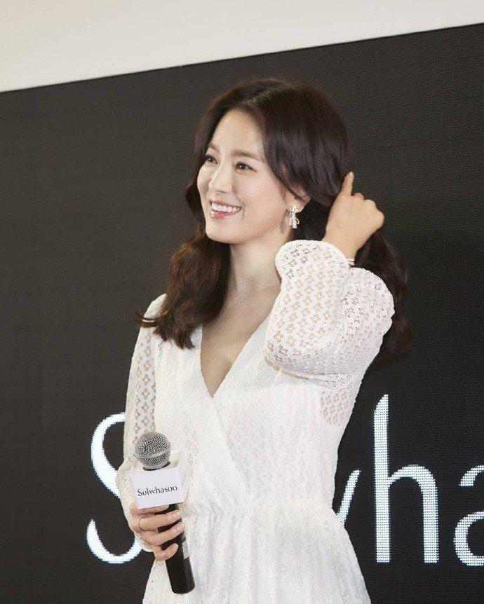 宋慧喬微V低調性感,身穿maje 2019春夏系列白色蕾絲洋裝。圖/取自IG