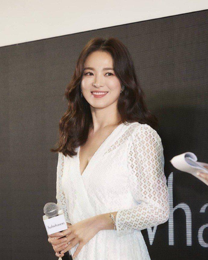 宋慧喬在泰國出席活動時身穿maje 2019春夏系列白色蕾絲洋裝。圖/取自IG